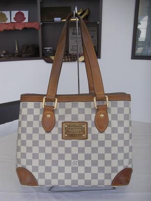 こちらのルイヴィトンダミエ・アズールのバッグは、ハンドル(持ち手)と入口パイピング、底の四つ角がヌメ革のタイプです。